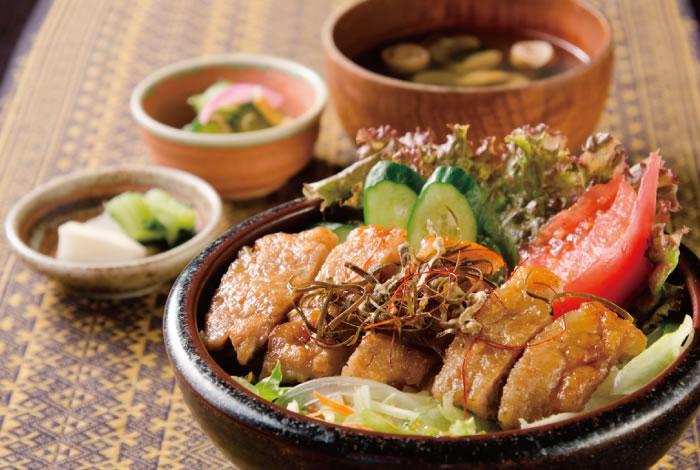 城端ポークの照り焼き昆布サラダ丼(数量限定)